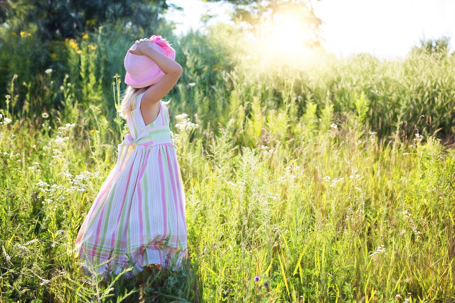 草原にいる女の子