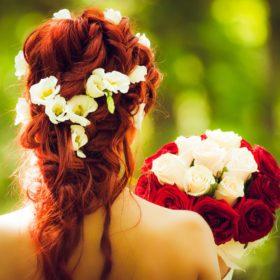 赤い髪の女性後ろ姿